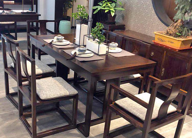 Cân nhắc nên chọn bàn ghế cũ gỗ tự nhiên hay gỗ nhân tạo